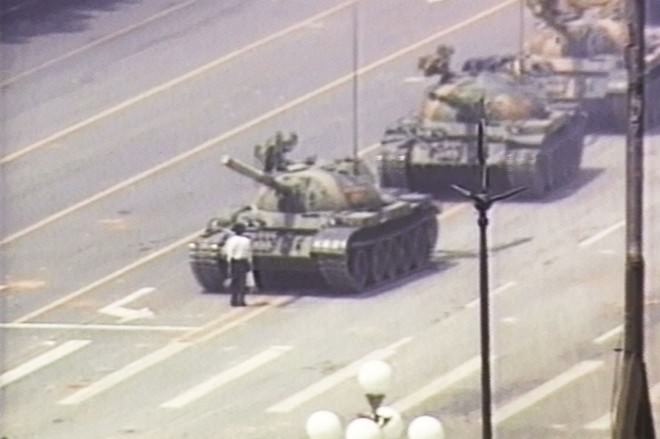 The-unknown-rebel-in-front-of-tank-in-Tiananmen-Square