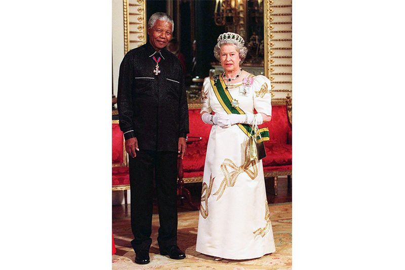 2000. Elizabeth with Nelson Mandela at Buckingham Palace (Anwar Hussein - Getty Images)