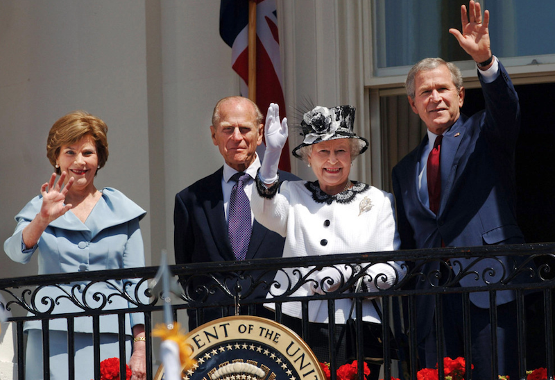 2007 - Elizabeth with George W. Bush on the balcony of the White House. (Anwar Hussein)