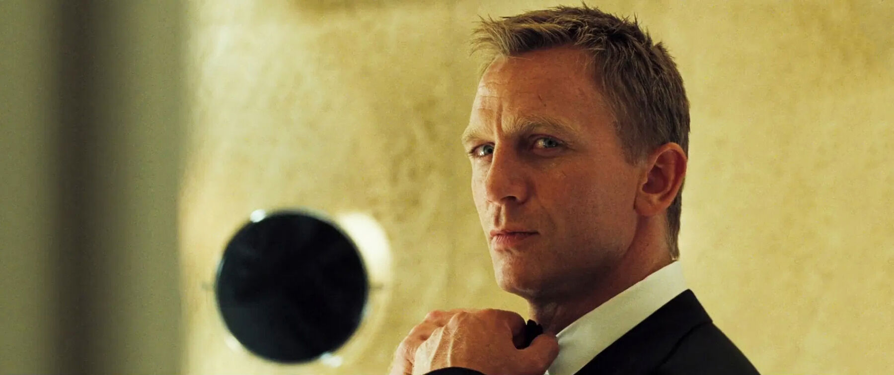 james bond aftershave daniel craig in bathroom in casino royale