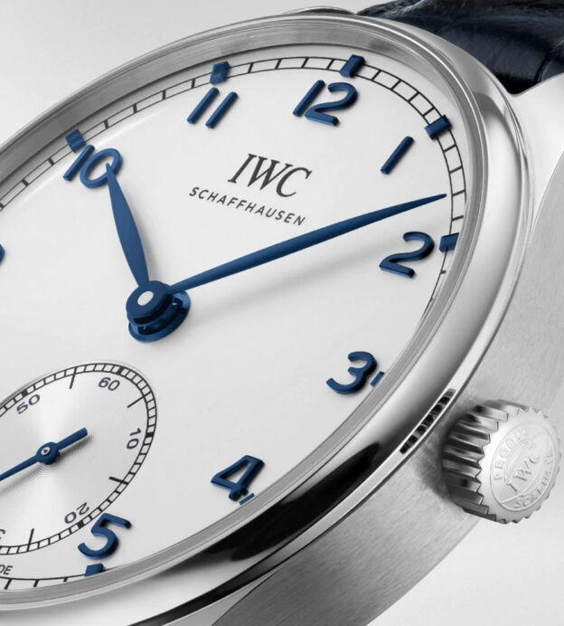 IW358304 Portugieser Automatic 40 in stainless steel with silver-plated dial and blue alligator leather strap . IWC-manufactured 82200 calibre (82000-calibre family) · Pellaton automatic winding · 60-hour power reserve when fully wound · Small hacking seconds · Sapphire glass, convex, antireflective coating on both sides · See-through sapphire-glass back · Water-resistant 3 bar · Diameter 40.4 mm · Case height 12.4 mm . Novelty_2020